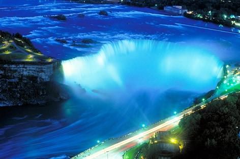 七色にライトアップされた 幻想的なナイアガラの滝/イメージ
