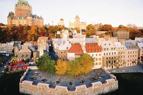 鮮やかな紅葉に彩られるケベックシティ