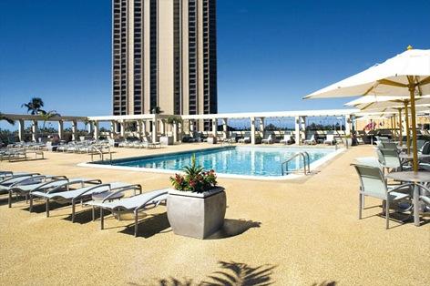 プールサイドでのんびり日光浴