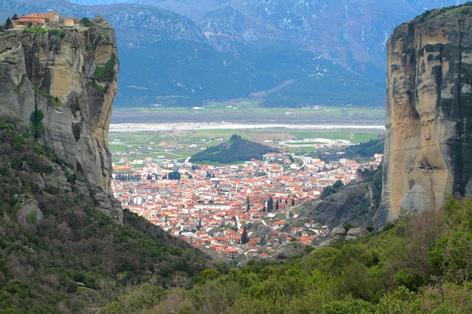 断崖絶壁に建つ「メテオラ修道院」/イメージ