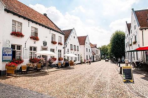 添乗員同行の旅 オランダ・ベルギー 白い村 トールン